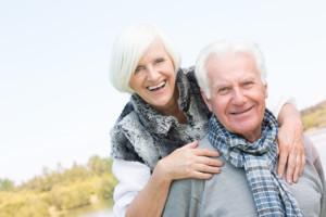 Die sofortbeginnende, lebenslange Rente macht ein älteres Paar sehr glücklich